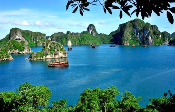 Biển Hạ Long bốn mùa xanh đằm thắm