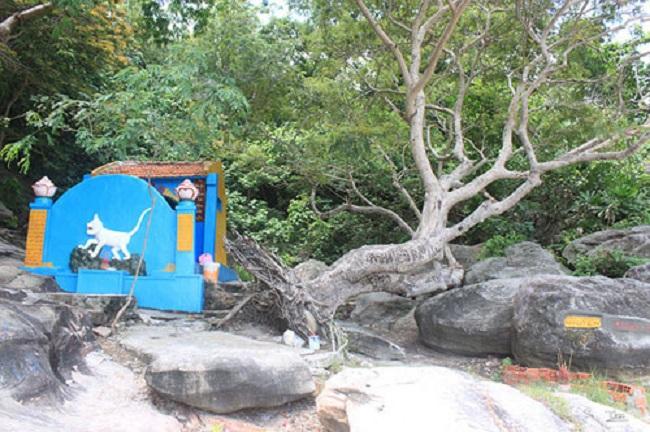 Đền thờ ở gần giếng Tiên