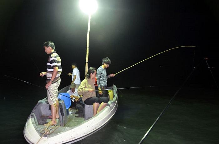Thú vui câu mực đêm trên biển Nhật Lệ